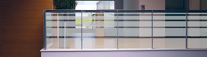 Milchglasfolie als Sichtschutz für Balkon