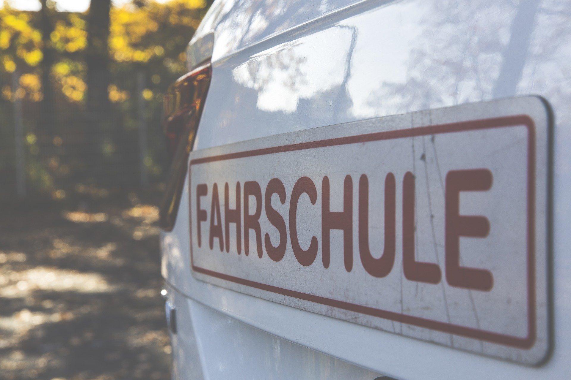 Magnetschild Fahrschule   Blog   Klebeschriften einfach online gestalten   myfolie.com