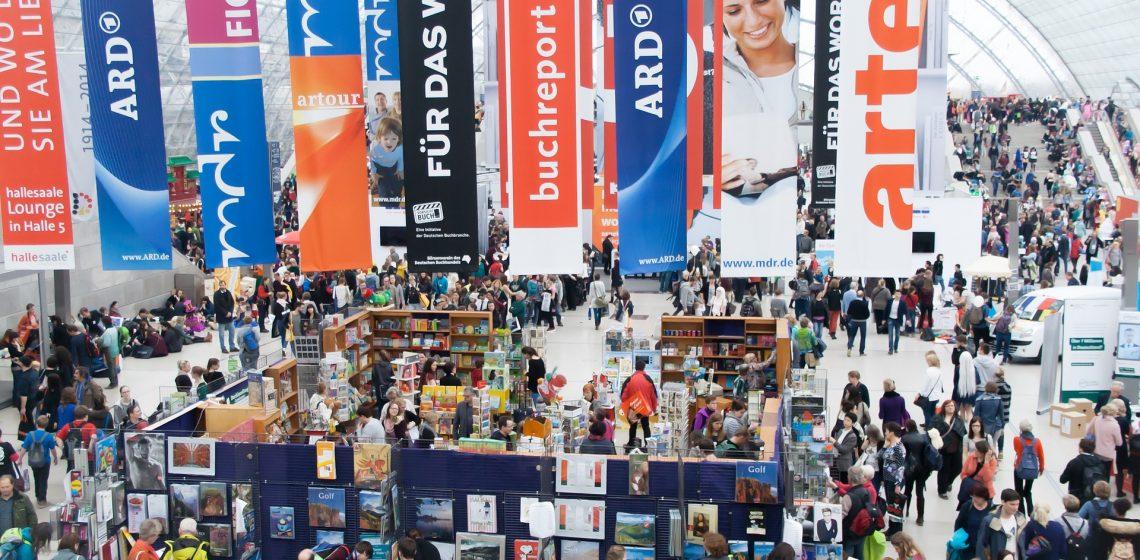 Eine Große Messehalle mit Werbebannern